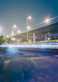 Centro città skyline lungo il fiume