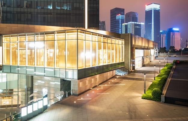 Centro commerciale che costruisce alla notte, chongqing financial city, cina