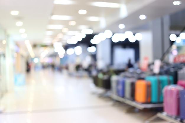 Centro commerciale interno della sfuocatura astratta del grande magazzino.