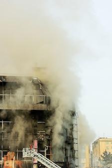 Centro commerciale o centro commerciale bruciante con fumo
