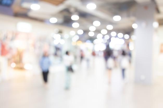 Centro commerciale vago estratto del grande magazzino con il fondo della gente