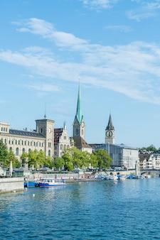 Centro di zurigo con le famose chiese fraumunster e grossmunster e il fiume limmat