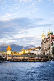 Centro storico della città di lucerna con il famoso ponte della cappella in svizzera.