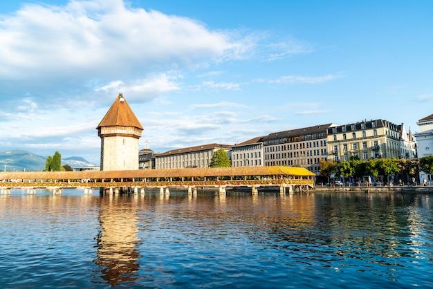 Centro storico di lucerna con il famoso ponte della cappella in svizzera.