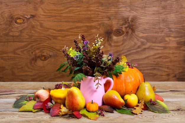 Centrotavola del ringraziamento con fiori selvatici in vaso brocca rosa