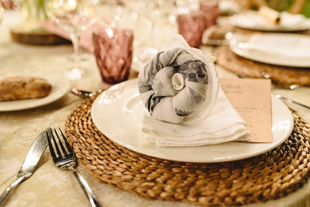 Centrotavola di design elegante e posate per matrimonio.