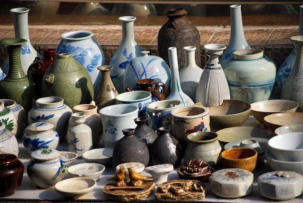 Ceramiche nel mercato delle pulci asiatico