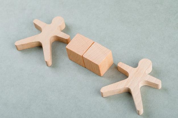 Cerca il concetto di dipendente con blocchi di legno con, figura umana in legno.