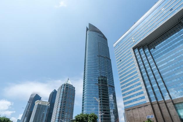 Cercare l'edificio per uffici moderno blu
