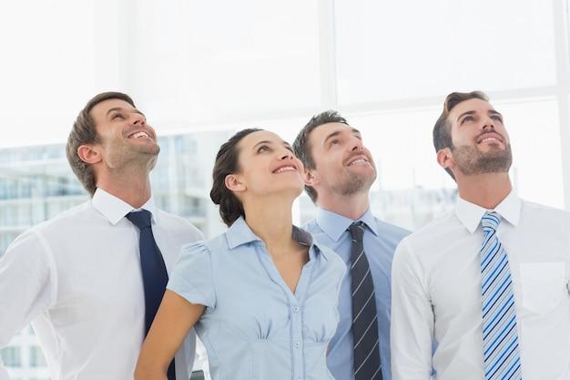 Cercare sorridente della squadra di affari