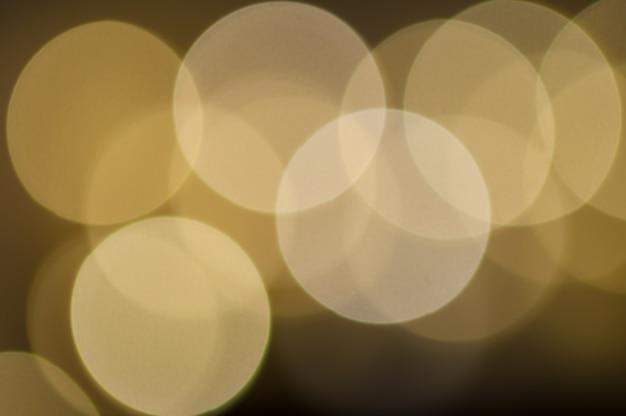 Cerchi colorati multicolori festivi. il bokeh multicolore astratto defocused accende il fondo.