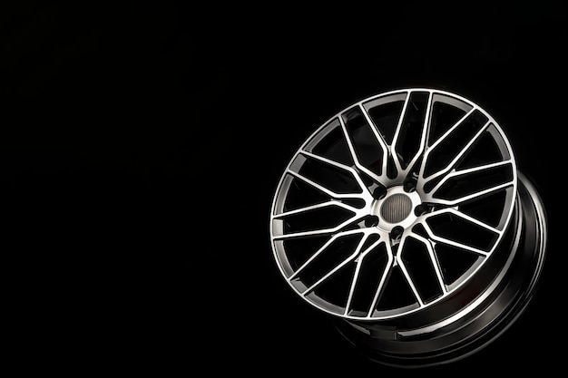 Cerchi in lega nera, disco sportivo in alluminio con rivestimento in fibra di carbonio. leggero e moderno design accattivante. copia spazio maket