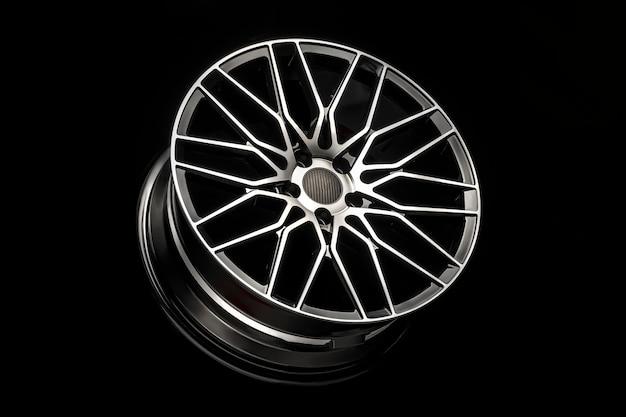 Cerchi in lega nera, disco sportivo in alluminio con rivestimento in fibra di carbonio. leggero e moderno design accattivante