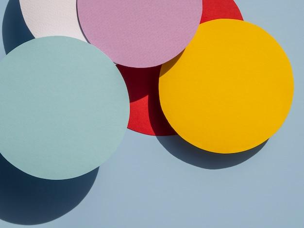 Cerchi piatti laici di carta sfondo geometrico
