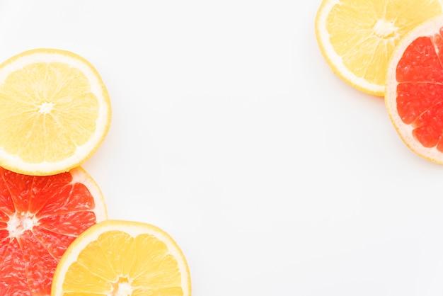 Cerchi succosi di arancia e pompelmo
