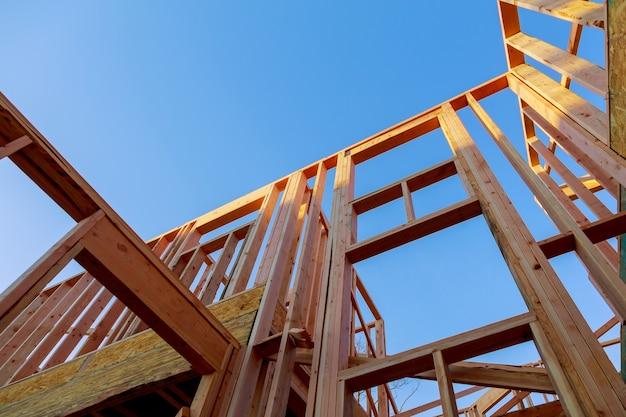 Cerchi travi di nuova costruzione sotto un cielo blu chiaro con la luce del sole