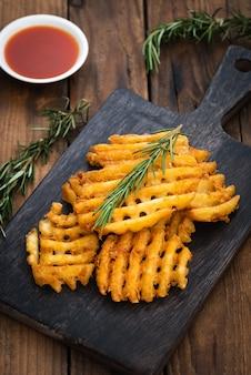 Cerchia patatine fritte su legno
