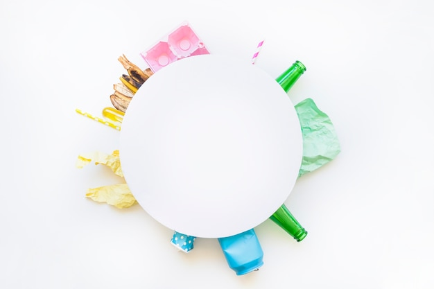 Cerchio bianco sul mucchio di rifiuti