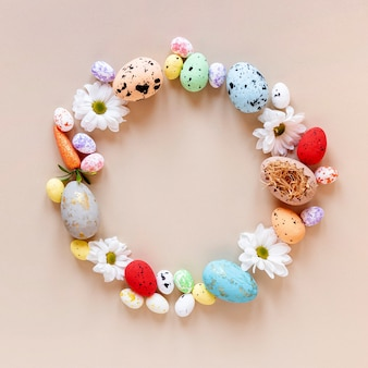 Cerchio colorato formato da uova di pasqua