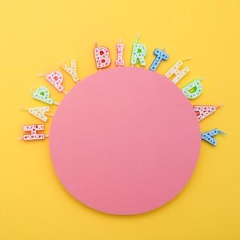 Cerchio di candele di compleanno spente con lettere