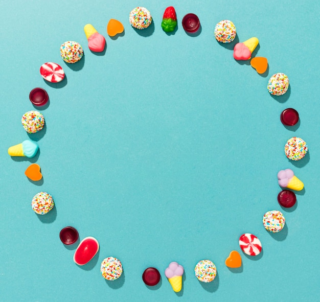 Cerchio di caramelle colorate su sfondo blu