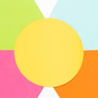 Cerchio giallo vista dall'alto con forme geometriche colorate