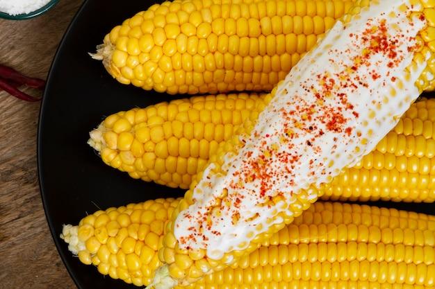 Cereale bollito primo piano con la polvere di peperoncino rosso