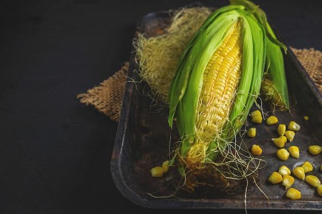 Cereale fresco in un vassoio su una priorità bassa nera