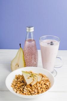 Cereali ad alto angolo con yogurt e pera