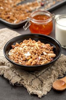 Cereali del primo piano con latte pronto per essere servito