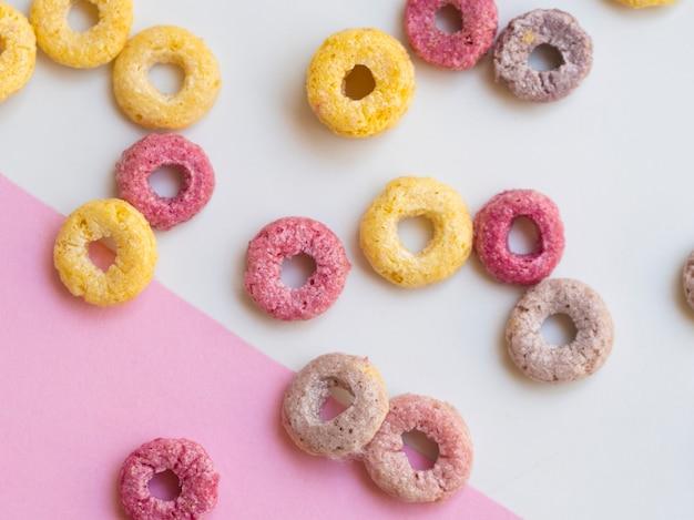 Cereali di anelli di frutta rotonda carino primo piano