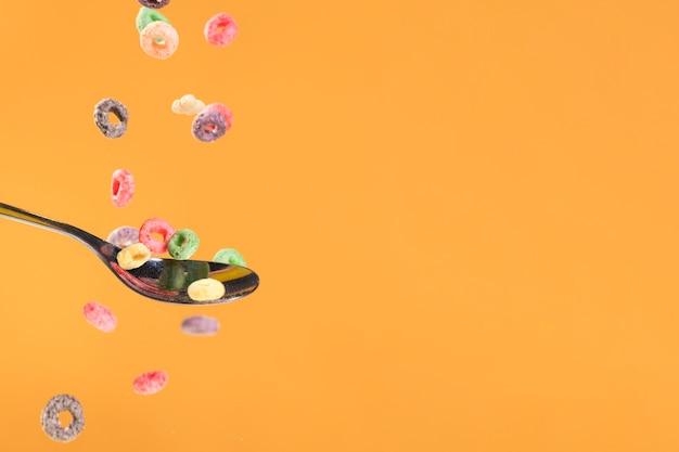 Cereali di versamento dello copia-spazio sul cucchiaio