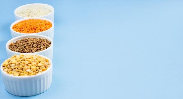 Cereali diversi assortiti sul blu