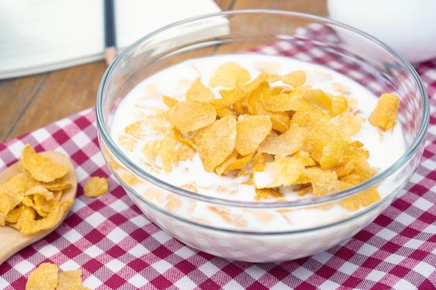 Cereali e latte cornflakes in una ciotola. colazione del mattino