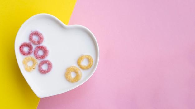 Cereali e latte in una ciotola a forma di cuore