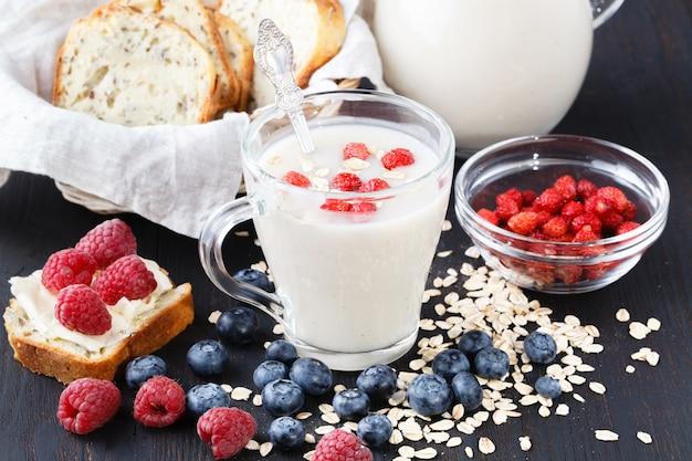 Cereali e vari deliziosi ingredienti per la colazione