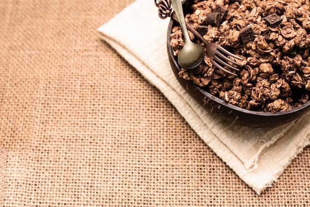 Cereali integrali ricchi di fibre adatti a una dieta sana, copia spazio.