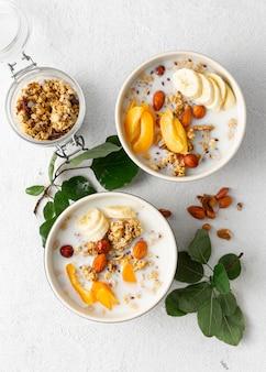 Cereali muesli con frutta, noci, latte e burro di arachidi