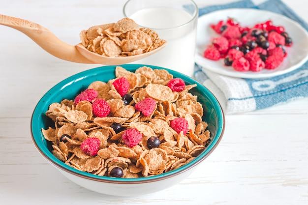 Cereali per la colazione con latte su uno sfondo bianco
