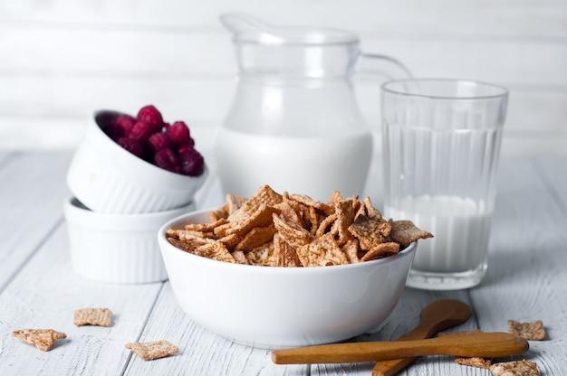 Cereali per la colazione e un bicchiere di latte fresco.