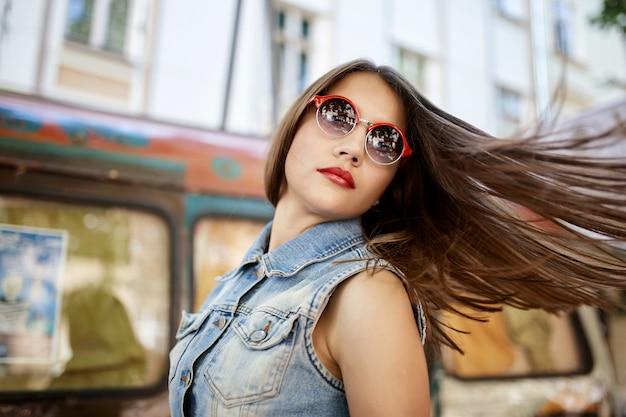 Cerimonia bella occhiali da sole emotiva all'aperto