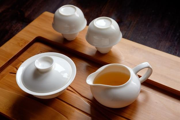 Cerimonia del tè messa sulla tavola di bambù