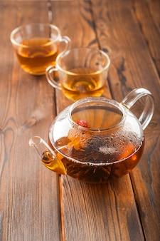 Cerimonia del tè su uno sfondo di legno scuro e copia spazio.