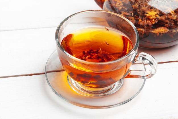 Cerimonia del tè. tazze di tè con la fine calda del tè in su