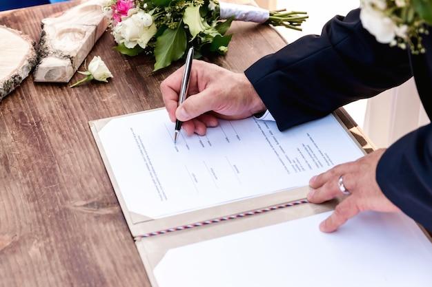 Cerimonia matrimoniale. coppia di nozze lasciare le loro firme