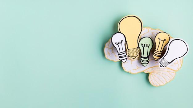 Cervello di carta con lampadine
