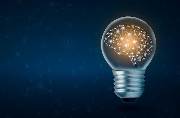 Cervello umano della lampadina del cervello che emette luce dentro della lampadina su fondo blu scuro