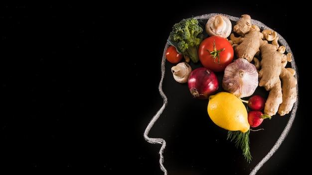 Cervello umano fatto con verdure sulla lavagna