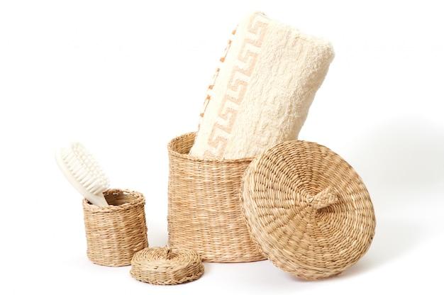 Cestini di vimini con accessori da bagno