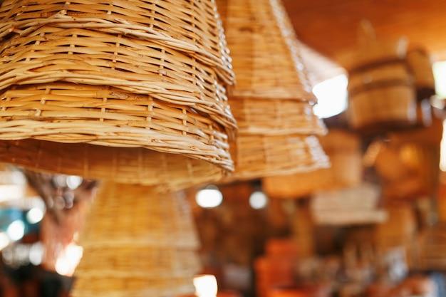 Cestini di vimini fatti a mano, oggetti e souvenir presso il mercato dell'artigianato di strada